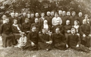 З владикою Йосфатом (Конциловським) (о. Мирослав перший зпарава в середньому ряді)